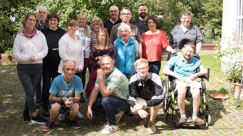 Gruppenfoto der Menschen mit und ohne Behinderung, die am Kochbuch in leichter Sprache mitgearbeitet haben.