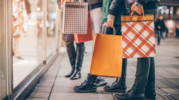 Menschen mit Einkaufstüten.