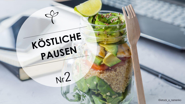Salat im Glas mit Holzgabel vor einer Tastatur. Text