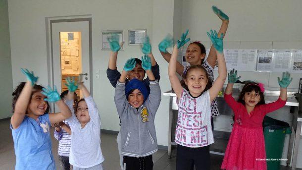 Kinder der Flüchtlingsunterkunft Rahnsdorf probieren neue Gestaltungstechniken aus.