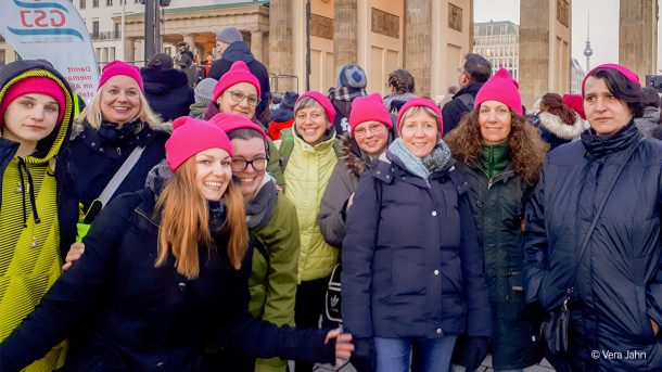 Die Truppe aus verschiedenen Einrichtungen des Unionhilfswerk beim Gruppenfoto vor dem Brandenburger Tor.