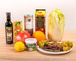Viele Winterobst- und Gemüsesorten sind im Wintersalat vertreten. Nüsse und getrocknete Cranberrys verleihen dem Salat eien außergewöhnliche Note.