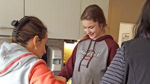 Eine Bewohnerin übergibt Carolin Glänzer ihr Abschiedsgeschenk.