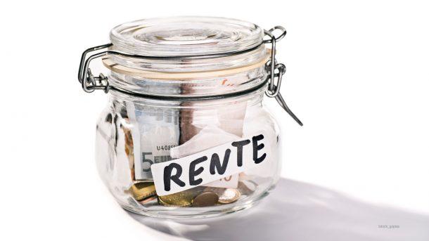 Geld in einem Glas, das mit dem Wort Rente beschriftet ist
