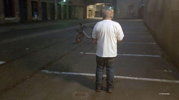 Fritz ist obdachlos. er möchte nicht erkannt werden. Mit seiner Frau übernachtet er im Hangar des ehemaligen Flughafens Tempelhof.