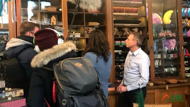 Das Kamera-Team studiert die ausgestellten Produkte