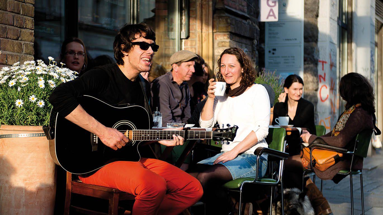 Musiker vorm dim-Ladencafé