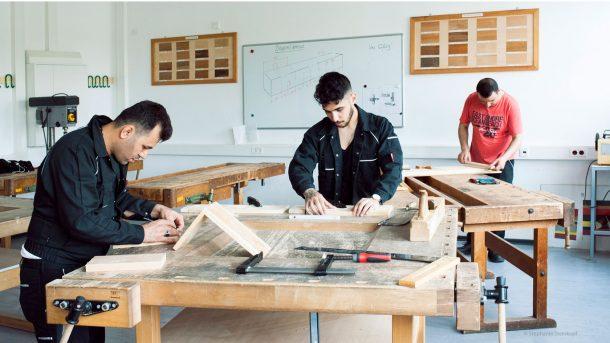 Junge Geflüchtete in der Holzwerkstatt